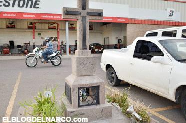 Fotografías de cruces y recuerdo de los grandes narco y sicarios como Édgar Guzmán Salazar que fueron ejecutados