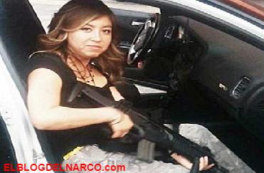 En fotografía Sobrina de funcionaria del PRD posa con fusil de asalto