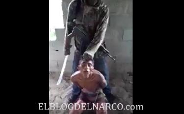 Vídeo escalofriante donde despiadado sicarios decapitan vivo a un sujeto, muy fuerte.