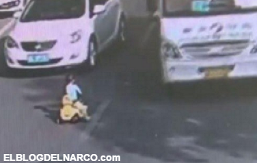 Vídeo, Niño avanzó contra el tráfico en un carro de juguete