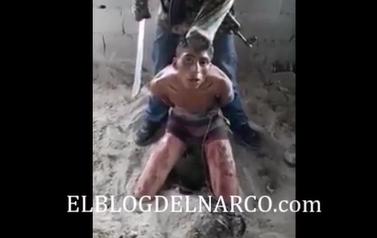 Vídeo escalofriante donde despiadado sicarios decapitan vivo a un sujeto muy fuerte.